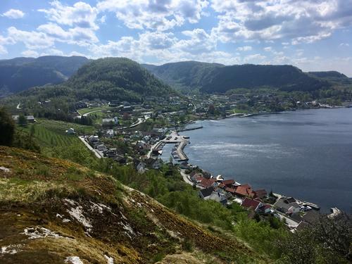 Utsiktspunktet Leitet ligg rett ovanfor Hjelmelansvågen, med fantastisk utsikt ned til Vågen og Hjelmen og ut mot fjorden.
