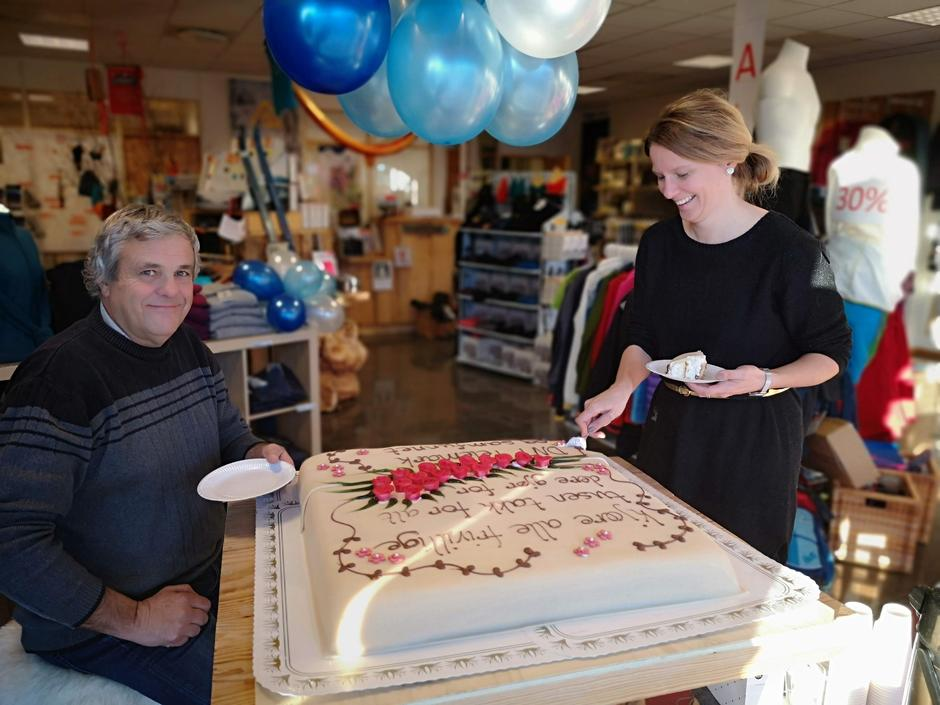 Knut Åkredalen og Karlien de Shuyteneer er frivillige i Gautefall Turlag. De fikk æren av å ta de første kakestykkene i morges.