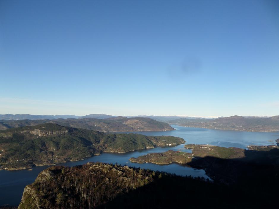 Utsikt mot Randøy, Ombo og Jøsneset fra toppen av Lauvåsen.