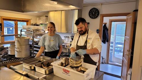 Vertskap Sonja og bondelagskokk Halvar Ellingsen klargjør de lokale råvarene til et herlig måltid.