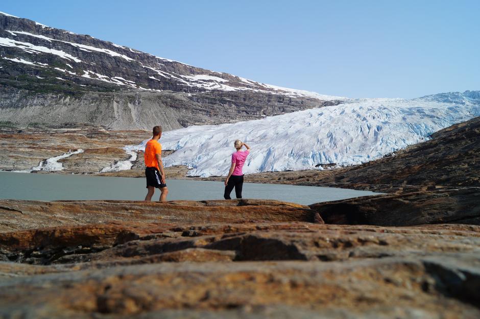 """""""Vi skuer over Svartisen (Austerdalsisen) i Mo i Rana"""".   For å nå frem til breen tar en båt over Svartisvatnet før en går videre til fots mot isen i 3 km. Vi tok første avgang med båten en morgen i juli 2015. Vi løp opp mot isen før alle andre i håp om at vi skulle få sett isen med færre folk rundt den. Resultatet ble at vi stod alene og skuet opp mot isen."""