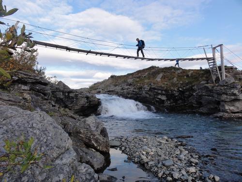 På gyngende grunn over Iselva / Cievccasjohka i Rostadalen / Indre Troms