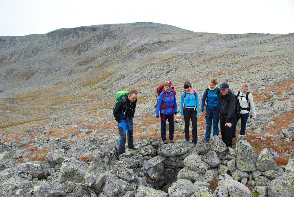 Ved ei av fangstgravene for rein oppunder foten av Gråhøe