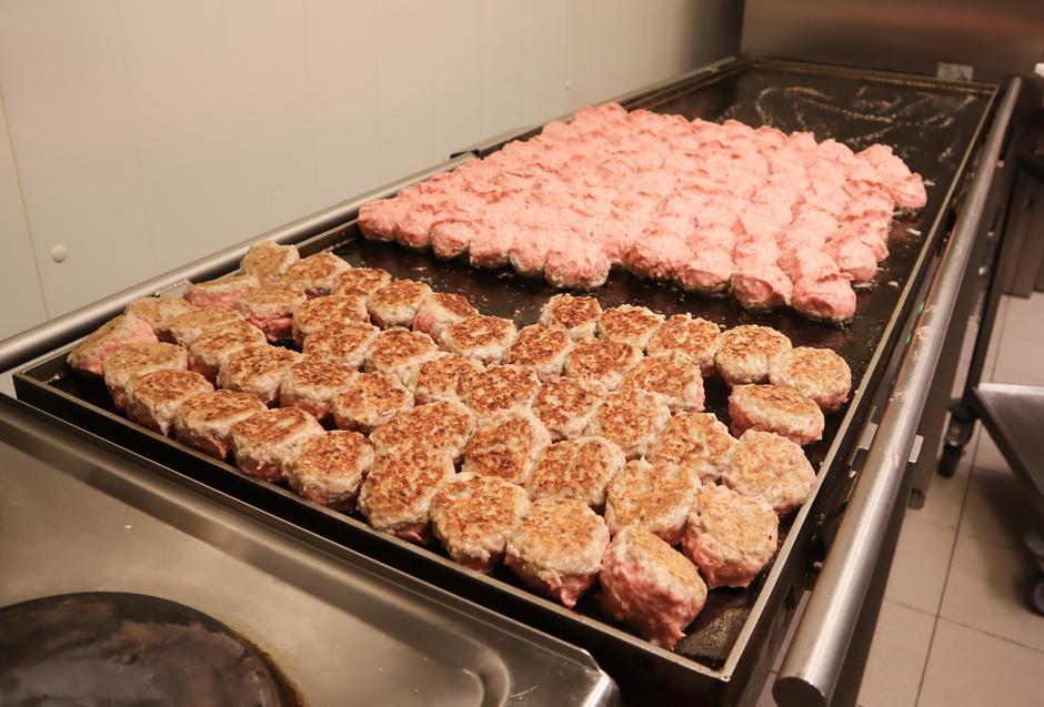 Hos Edland Kjøtt og Kolonial lager de mellom 300 og 400 kilo kjøttkaker i uken