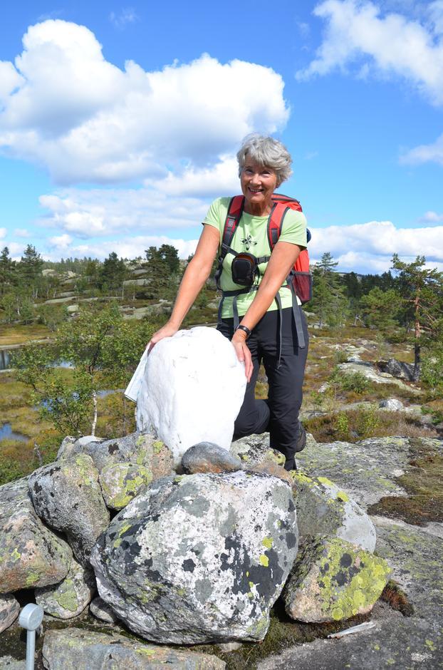 Heigeitilsteinen er en helt spesiell stein i grensa mellom 14 grunneiere og tre kirkesogn; Nissedal, Treungen og Tørdal. Her er det Karin Olsen fra Grimstad som beundrer det flotte grensemerket.