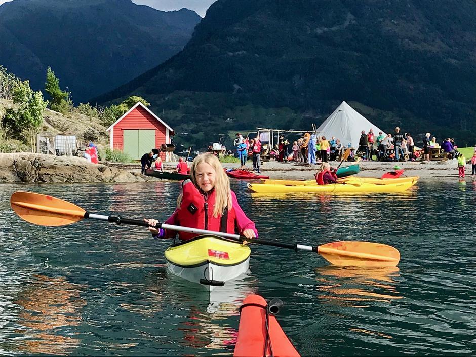 Kom deg ut-dagen samla 130 små og store til kjekke aktivitetar på sjø og land ved Holmen Friluftsområde i Dimmelsvik.