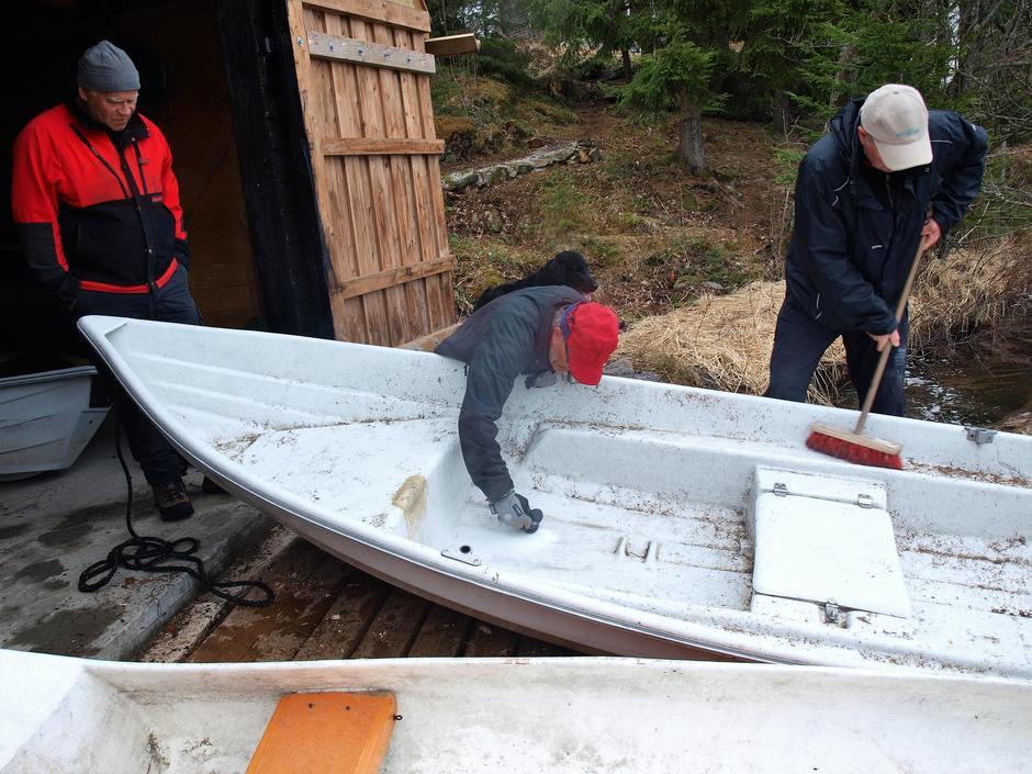 Båten trengte en reparasjon. Ingen jobb for liten, ingen for stor. Det meste løser seg.