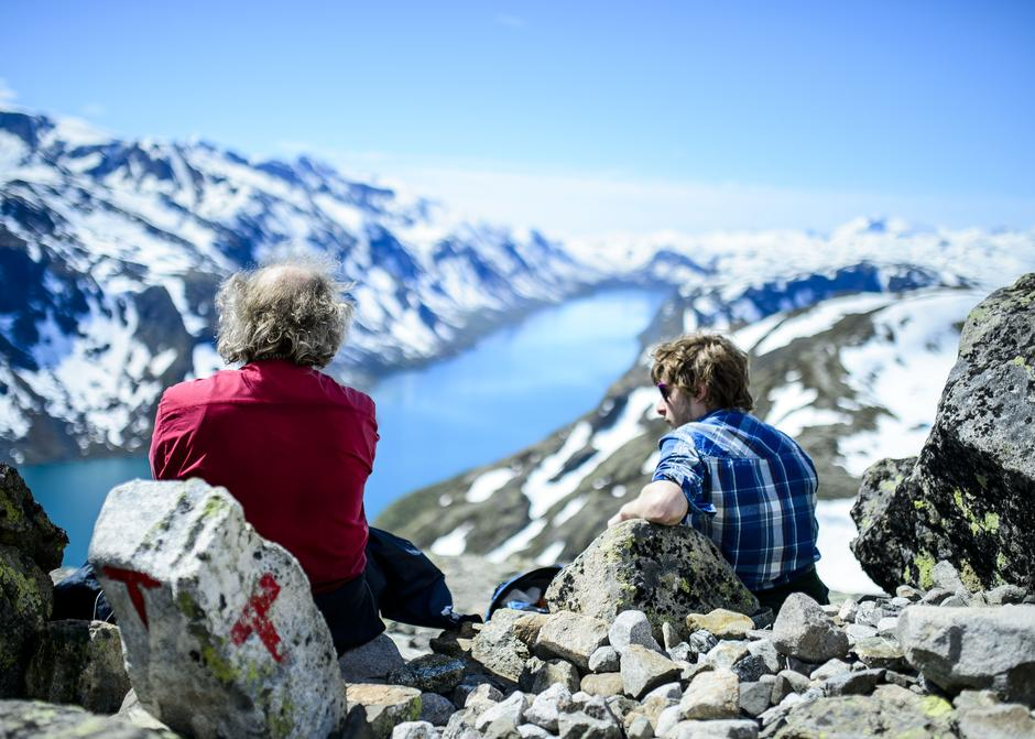 To belgiske turister på vei opp mot Besseggen under Jotunheimen Fjellfestival.