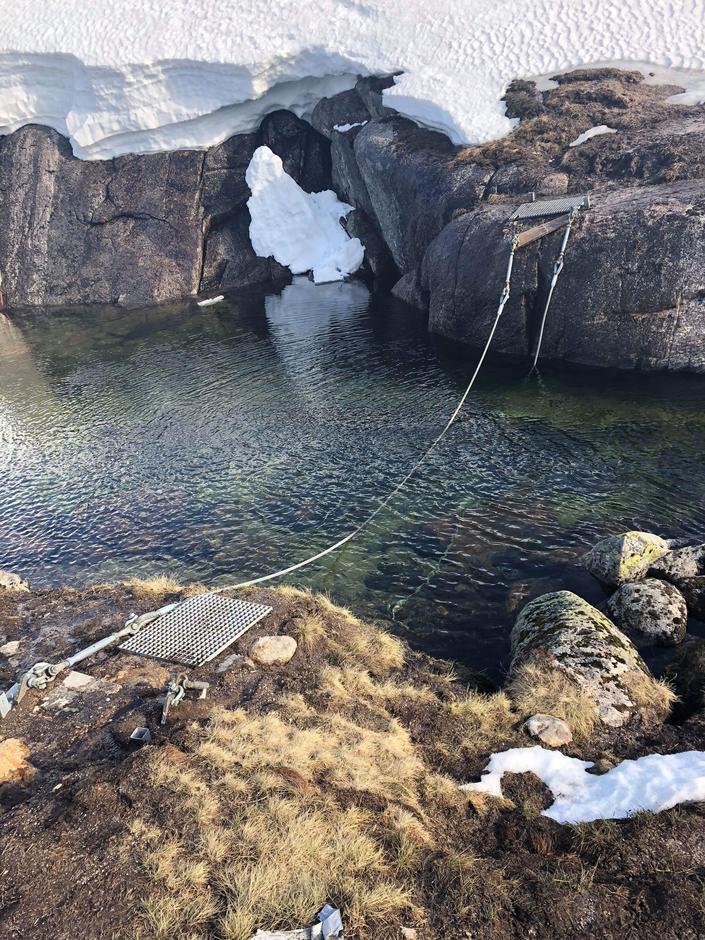 Broa til Børsteinen er totalskadet og alle må gå sti fra Skadbaktjødn som er svingen nedenfor mot Sirdal, alternativt vade/steingå litt nedenfor brostedet. Ny bro kommer mest sannsynlig først 2019 på nytt brosted.