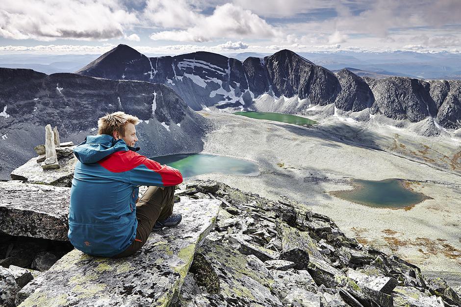 PANORAMA: Utsikt fra ryggen av Trolltind mot Verkilsdalen og Vassberget