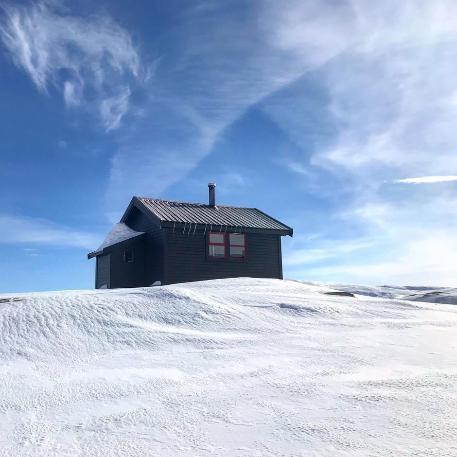 Holmavatn 1 april. Her er det hyttevakt i påsken.