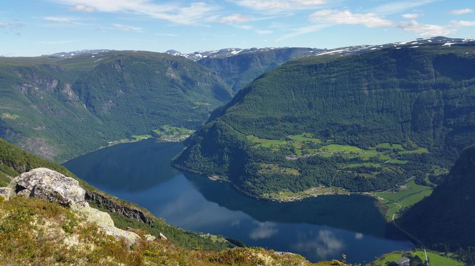 Rett oppi bakken ved Vatnane kan du gå ut mot kanten og kikke rett ned i Arnafjorden.