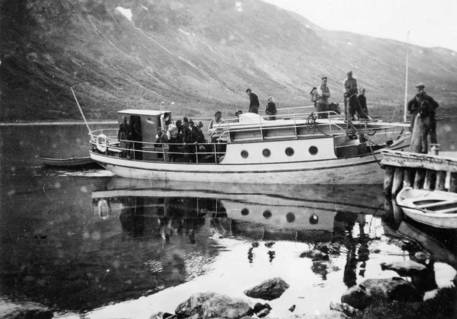 Gjendebåten tar deg trygt over Gjende. Bilde fra en av de første gjendebåtene.
