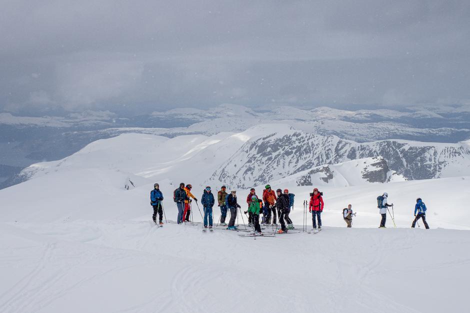 Siste fellesbilde før turen ned. Sol og snø samtidig gjør at det frister med en tur til opp før sommeren kommer.