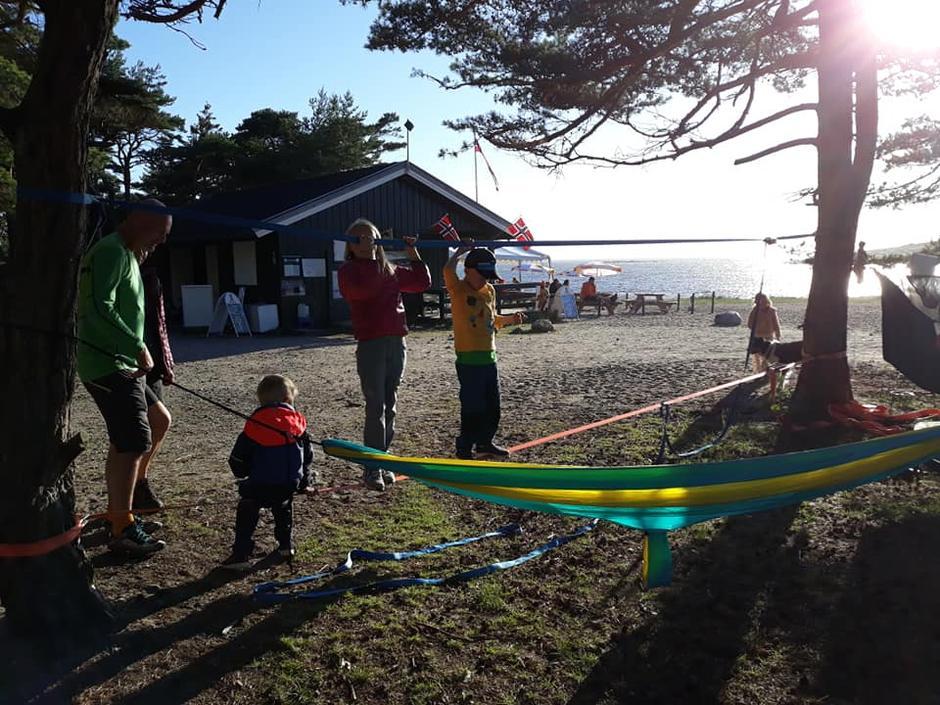 Telttur med Barnas Turlag på Storesand, Kirkøy. Balansering på line.