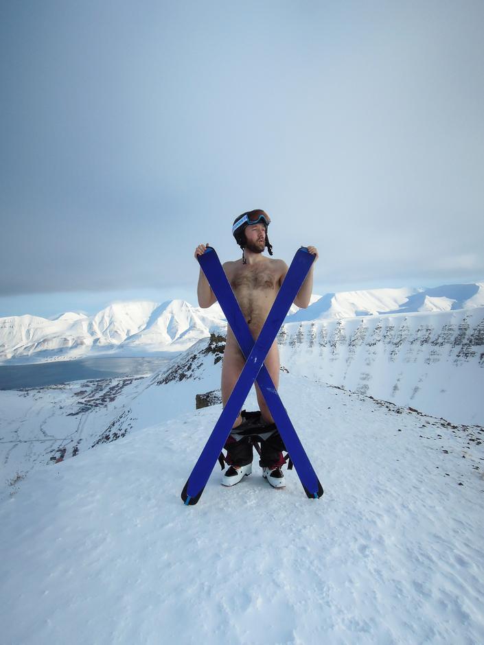 På Sarkofagen, Longyearbyen, Svalbard. Vidar Torget uten klær (som vanlig), men med ski!