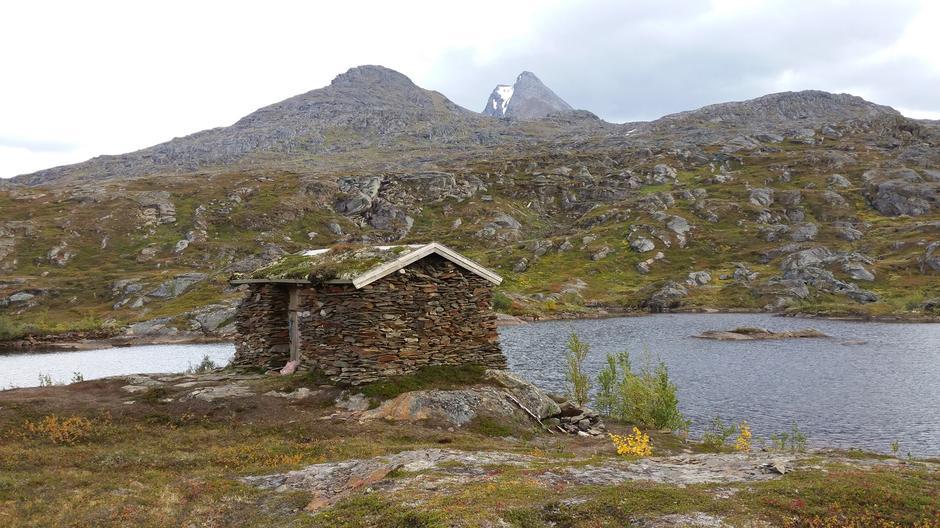Steinbu i Håkvikdalen, Lilletind og Den sovende dronning i bakgrunnen