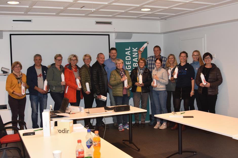 På bildet er fra venstre:  Anne Grethe Voje, Knut Åkredalen, Kjersti Odden, Lise Marita Moen, Ellen Ø. Nordbø, Ole Johnny Roalstad, Bjørn Kollane, Eva Merethe Roalstad, Eli Johanne Roalstad, Andrea Eilefsen, Roald Roaldstad, Gro Bente Rønningen, Karlin De Schuyteneer, Katrine Tellsgård og Ingvild Vøllestad.