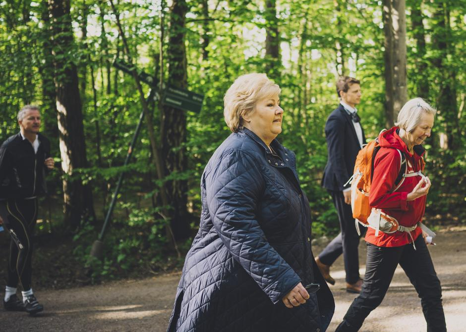 Det er veldig bra at smittesituasjonen er slik at seniorene kan gå på tur sammen igjen, sa Erna Solberg da hun var med på den første seniorturen til DNT siden medio mars.