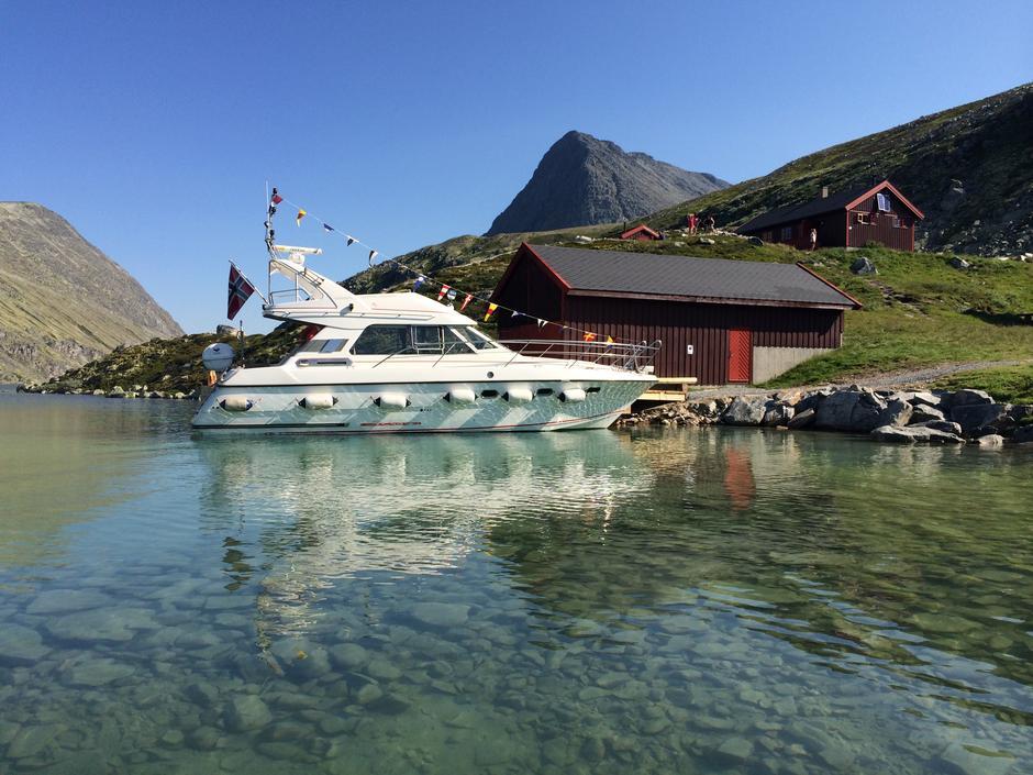 SKIP O'HOI: Ombord på Rondejenta kan du cruise til turmål og toppturer i motsatt ende av Rondvatnet.