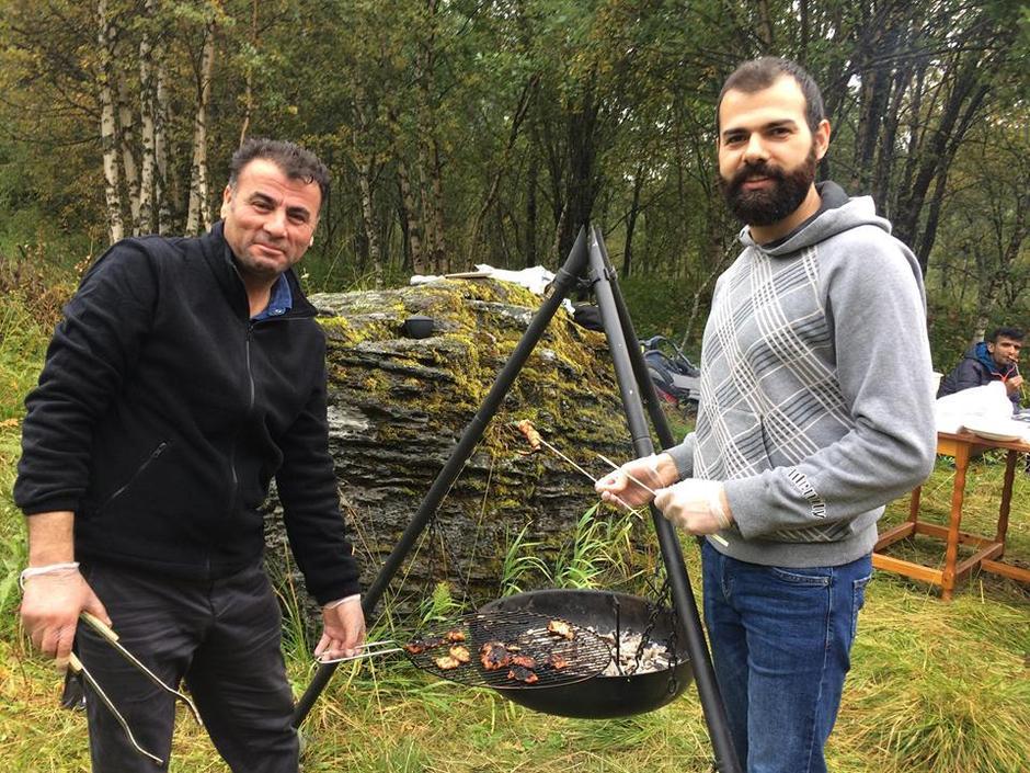Dogan er en populær mann på mottaket som gjerne gleder andre med god mat. Zekaii har jobbet som engelsklærer og syns det er både spennende og utfordrende å lære norsk kultur og språk.