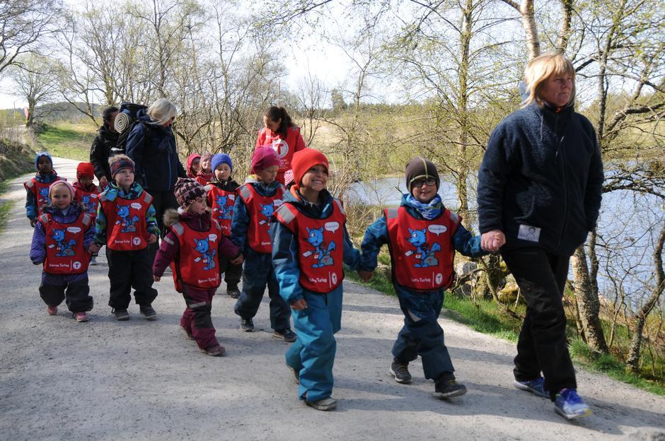 JEG ER MEDLEM: Barna i SIS barnehage er medlemmer i turistforeningen, og i dag skal de på tur i skogen og oppleve masse kjekt.
