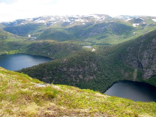 Utsikt frå Klaven og me ser ned på Hummelvatnet og Kringlebotsvatnet