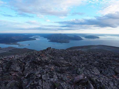 Utsikt fra Stangenestind, sett mot sør. Høyholmen i øst, Vestertana i vest.