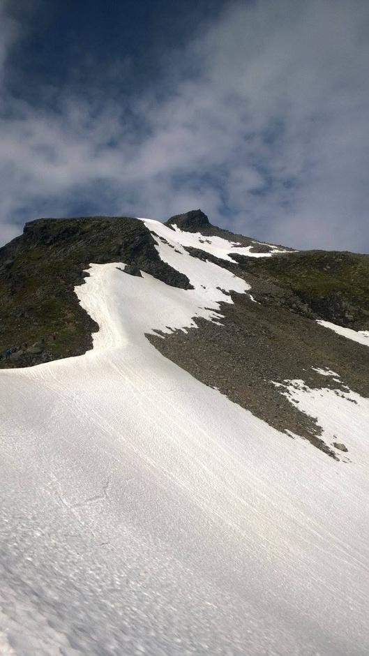 """10.07.2016  """"Dronninga"""" på Møre vitjing av mange frå Indre Nordfjord Turlag. Slogen - ein av dei mest besøkte toppane i Sunnmørsalpane 1564 moh."""