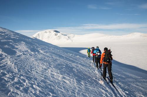 Turen kan oppleves som krevende pga. kulda tidlig på året, men alle med normal fysisk form greier turen fint.