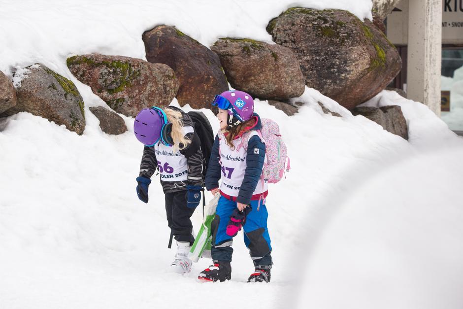 Vennskapsbånd knyttes og latteren sitter løst på Skiskolen.
