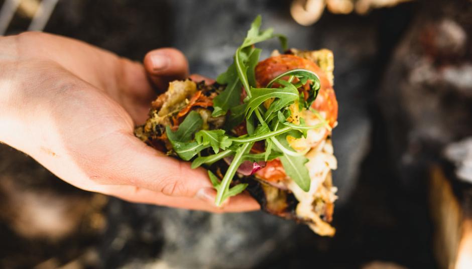 Gjett om det smaker med pizza stekt på bålet!
