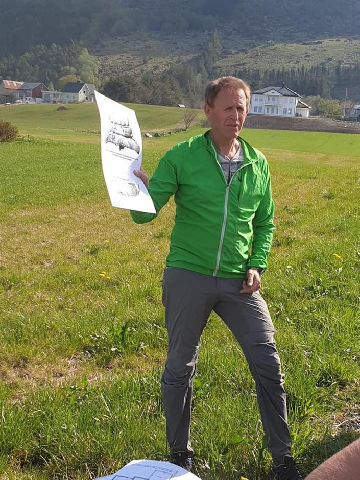 Eldar Flø ga oss god informasjon om lokalhistorien.