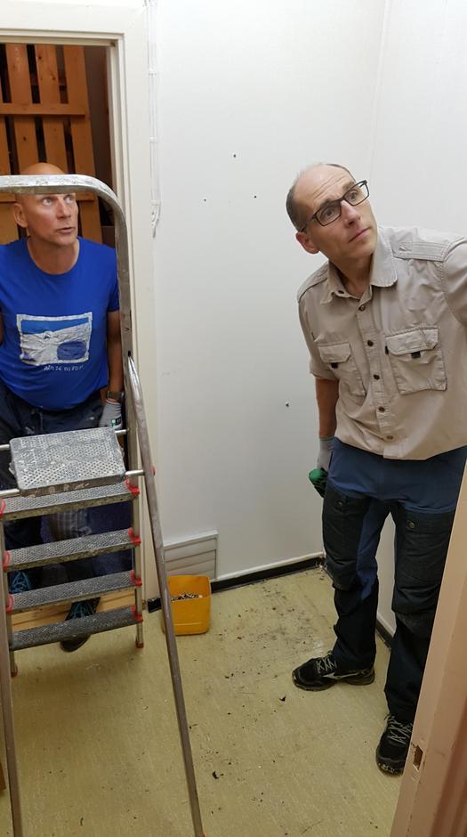 Hyttetilsyn Hans Anton Uhre og Tore Edvinsen i god gang med å tømme lagerrommet.