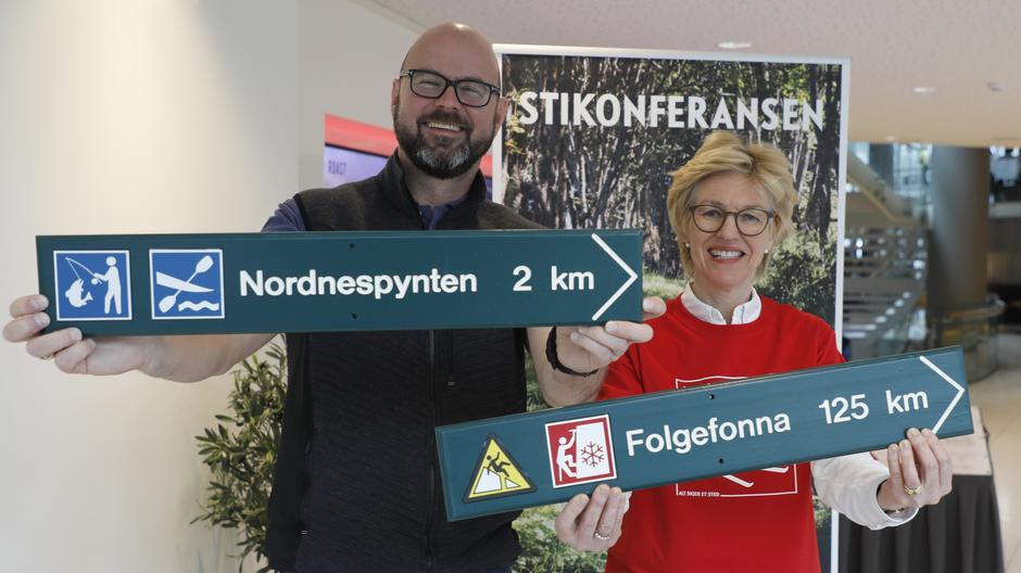 Kartverkssjef Anne Cathrine Frøstrup og generalsekretær Dag Terje Klarp Solvang i DNT lanserte de nye kart- og skiltsymbolene under Stikonferansen i Bergen,