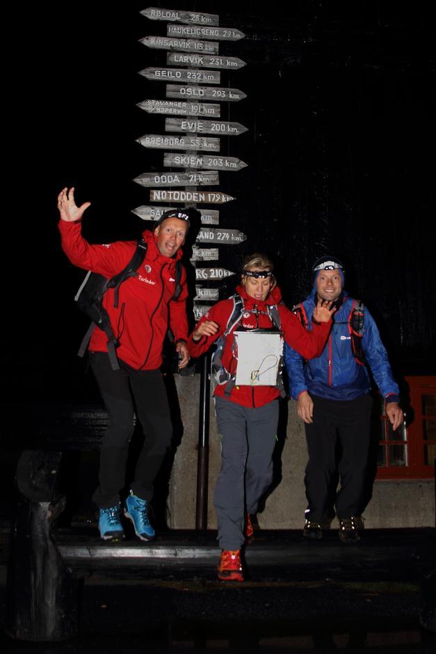 LANGT FRAM: Per Henriksen, Anne Espedal og Andreas Narum før start på den 250 km lange løpeturen fra Haukeliseter til Byrkjedalstunet.