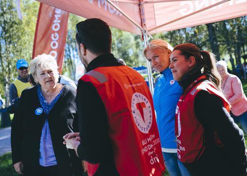 Erna Solberg, her sammen med Berit Kjøll og frivillige fra DNT, da hun besøkte DNT sin stand på Sognsvann under Friluftslivets uke og Kom Deg Ut dagen