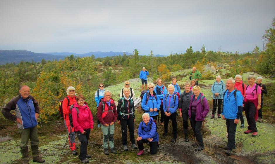 Alle samlet på Fjøsvikfjellet med turleder Inger Hvitmyhr foran.