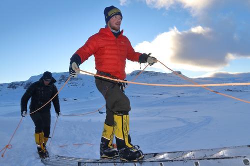 Thomas trener utenfor fjellstua.