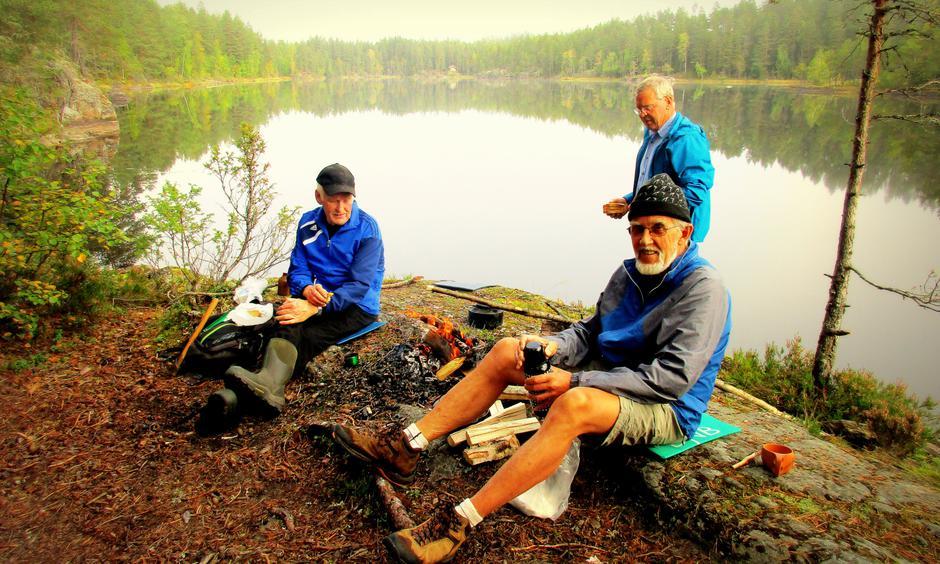 Kaffebål ved Sysletjern. Arne, Finn og Per.