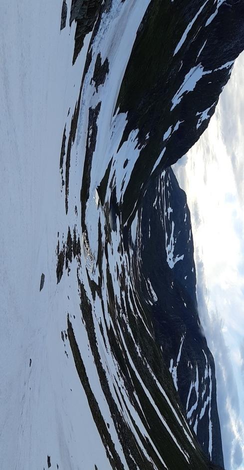 Srnfinn tok også turen til Blådalsreset. Mykje snø og is på det største Blådalsvatnet