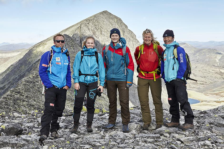 OPPTUR: Hyttevert Øystein Gården (lengst til venstre) finner alltid tid til å guide gjester på toppturer til Rondanes mange stortopper - her med en gruppe foran Trolltinden.