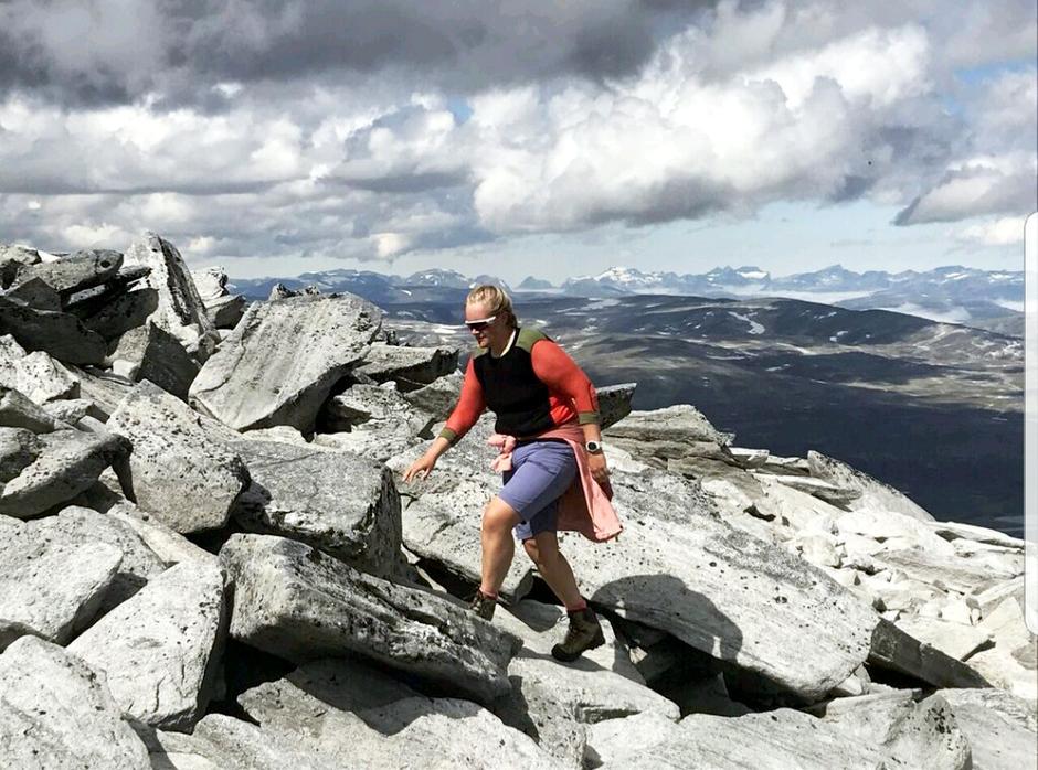SNART I MÅL: Etter 14 dager og med 220 kilometer i beina nærmer Thea seg toppen av Snøhetta og enden på reisen.