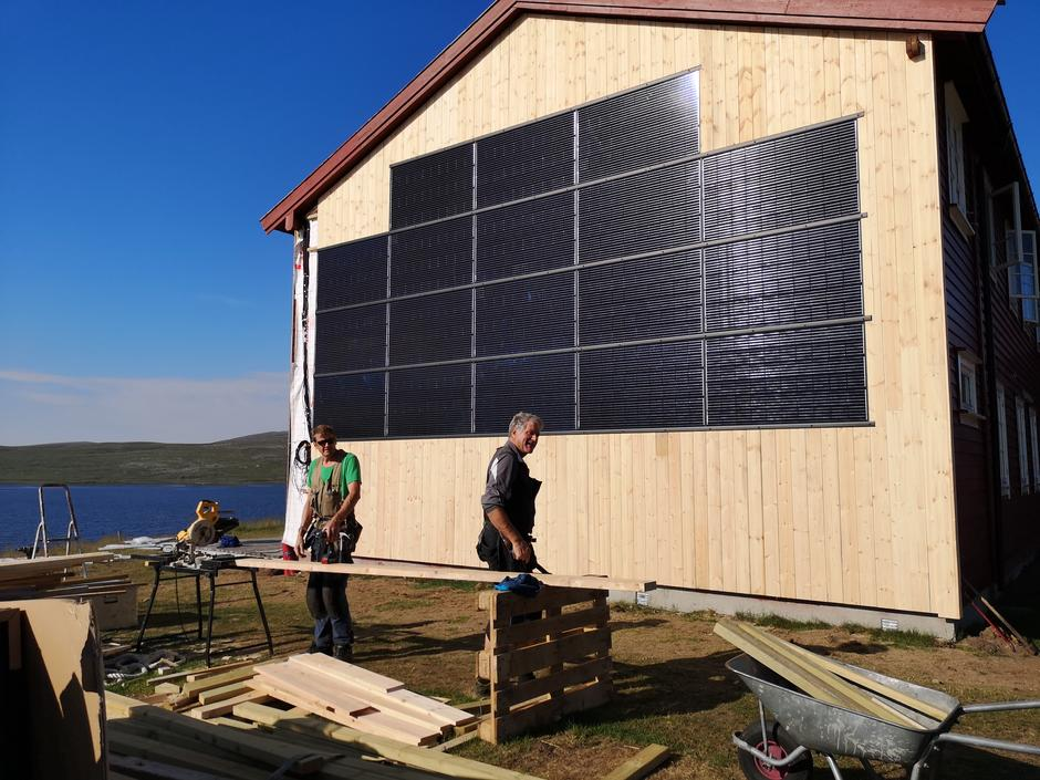 Vegger kles med solceller på Rauhelleren