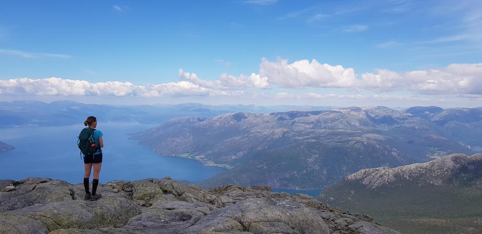 Utsikt mot Hardangerfjorden og Jondalsområdet.