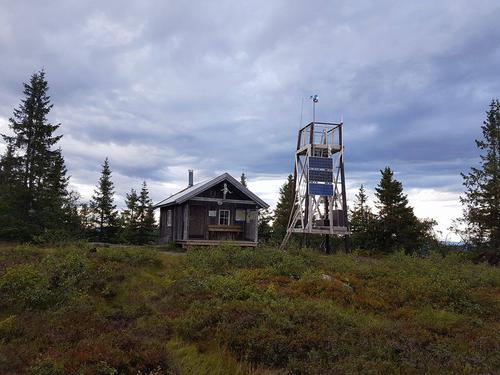 Hytta og utsiktstårnet på toppen av Marifjell.