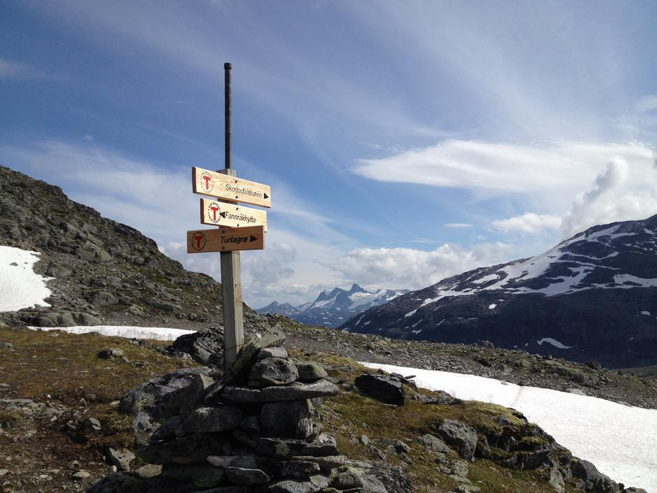 På vei ned fra Fannaråkhytta mot Skogadalsbøen ved Keiserpasset