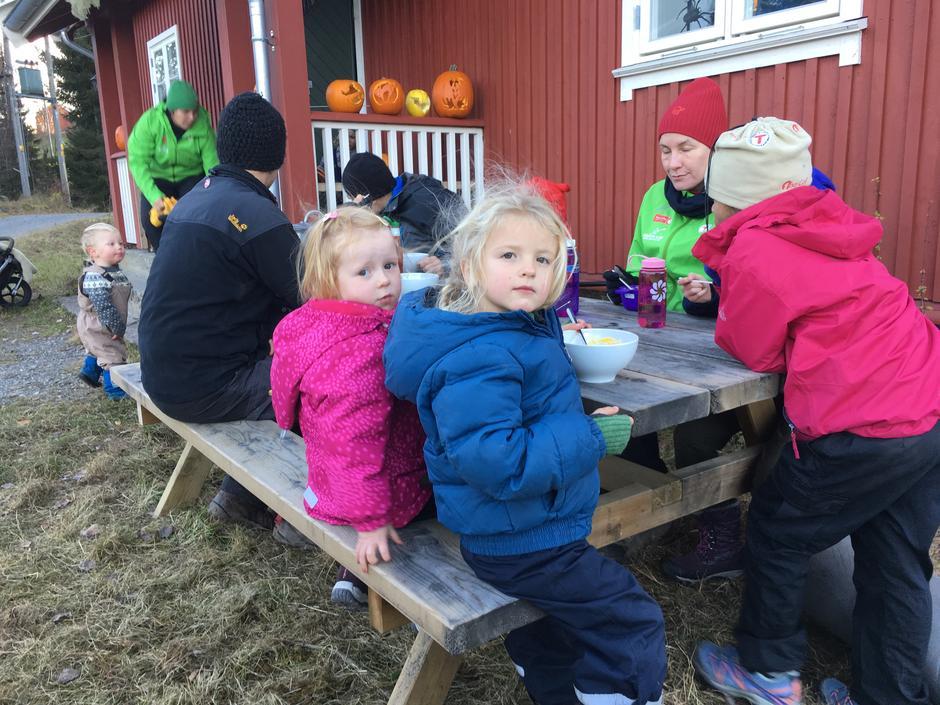 Forberedelser til Halloween arrangemnentet. Barna skjærer ut lykter på Nedre Gupu og smaker på gresskarsuppe etterpå.