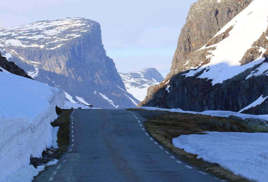 Gamleveien over Dyrskar. Bildet er fra i fjor. I år er det betydelig mindre snø i fjellet