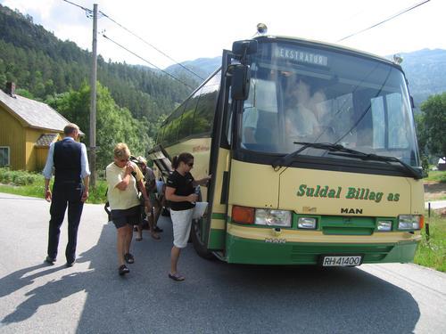 Med båt og buss til fjells